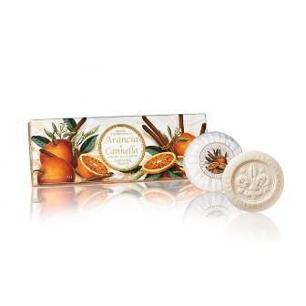 confezione-regalo-3-saponi-lavoraz-artigianale-essenza-arancia-e-cannella-rotonde-scolpite-giglio-a-rilievo-incartate-plisse