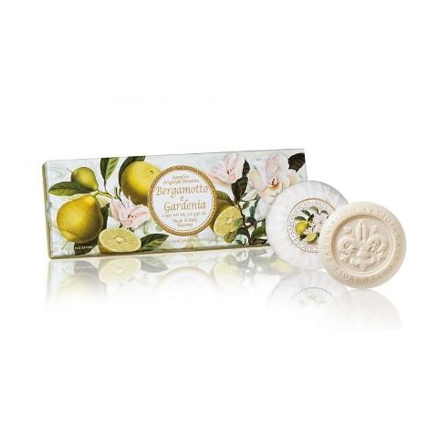 confezione-regalo-3-saponi-lavoraz-artigianale-essenza-bergamotto-e-gardenia-rotonde-scolpite-giglio-a-rilievo-incarto-plisse